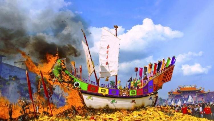 Uniknya Festival Bakar Tongkang